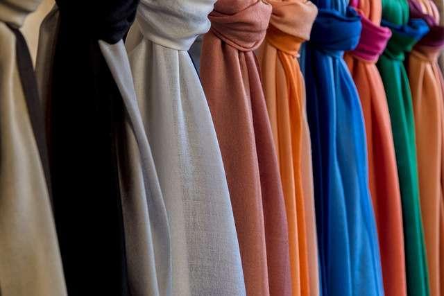 vêtements à vendre dans une boutique en ligne